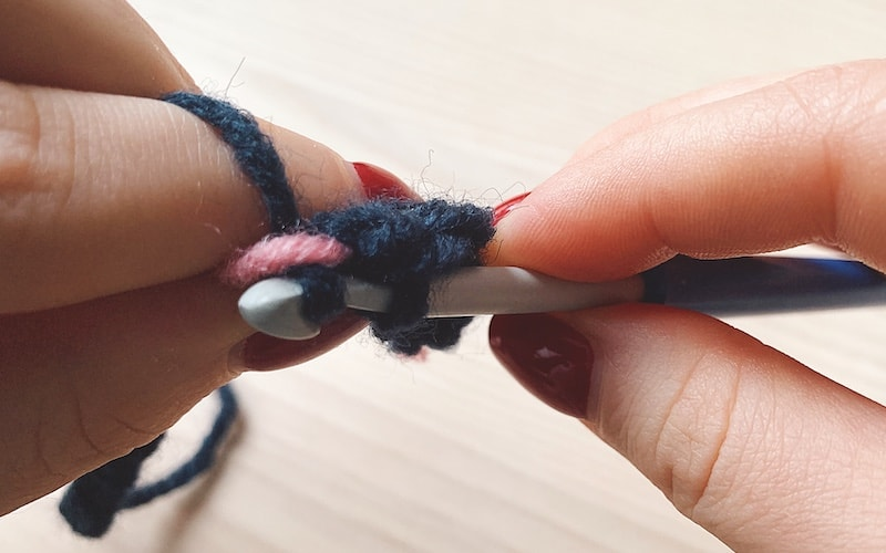 carrying second yarn in tapestry crochet